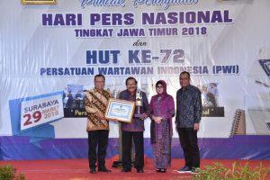 Gubernur Jatim Soekarwo (dua dari kiri) yang pada malam itu meraih penghargaan Anugerah Prapanca Agung.