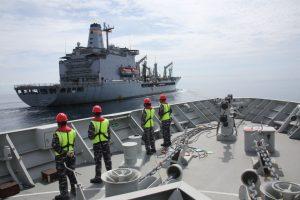 Latihan RAS antara KRI RE Martadinata-331 dengan USNS Rappahannock-204 di Laut Natuna, Kepulauan Bintan, Minggu (20/05).