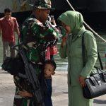 KRI Teluk Lampung-540 Antarkan Yonif 320/Badak Putih Menuju Perbatasan, Peluk Cium Keluarga Warnai Prosesi Keberangkatan