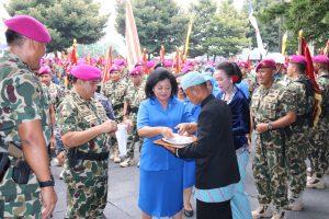 Kasal Laksamana TNI Ade Supandi bersama istri Ny. Ade Supandi saat menerima cinderamata dari Korps Marinir di Bhumi Marinir Cilandak, Senin (14/5).