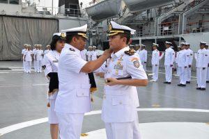 Dansatlinlamil Jakarta Kolonel Laut (P) Bambang Trijanto menerima penyerahan jabatan Komandan KRI Banda Aceh 593  dari Letkol Laut (P) Whisnu Kusardianto, S.E., M.H.. di Geladak Heli KRI Banda Aceh-593, Dermaga Kolinlamil, Tanjung Priok, Jakarta Utara.