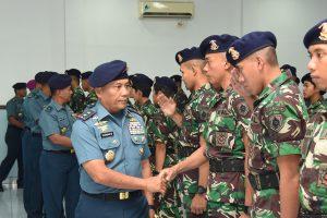 Dankodiklatal Laksda TNI Darwanto meyalami para Pasis Dikmapa PK TNI AL.