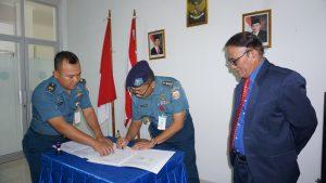 Penandatanganan MoU antara Karumkital dr. F.X Suhardjo Lantamal IX dengan Rektor Universitas Hein Namotemo.