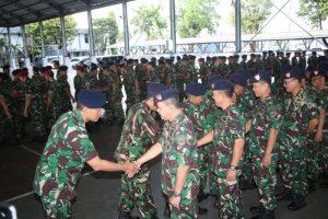 Pangarmada II Laksda Didik Setiyono saat bersalaman dengan para prajurit dan ASN Koarmada II.