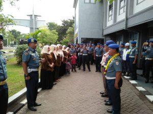 Suasana pelapasan prajurit Pomal Lantamal V yang purna tugas di Mako Lantamal V Surabaya, Jum'at (22/6).