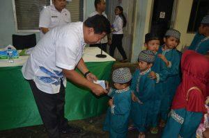 Direktur Utama PT.BKI Rudiyanto saat memberikan santunan kepada anak yatim daam acara buka bersama BKI Cabang Batam.