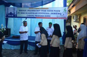 Dirut BKI tatkala memberikan santunan kepada anak yatim di Halaman Kantor Cabang Pratama BKI Jambi, Selasa (5/6).