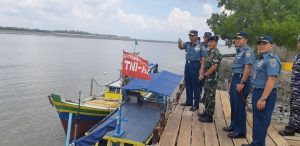 Kapushidrosal Laksda TNI Dr. Ir. Harjo Susmoro, S.Sos., S.H., M.H. saat meninjau survei hidros di Tanjung Pandan, Belitung.