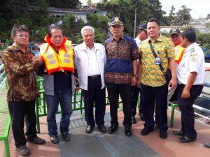 "MN, Medan - PT Biro Klasifikasi Indonesia (Persero)/BKI memberikan bantuan lifejacket sebanyak 350 buah untuk kebutuhan operasional pelayaran di sekitar Danau Toba. Penyerahan bantuan lifejacket tersebut dilakukan oleh Direktur Operasi BKI Mohamad Cholil dalam kunjungannya bersama Dirjen Perhubungan Darat Kementerian Perhubungan ke Danau Toba pada Minggu pagi (26/6) Bantuan lifejacket tersebut nantinya akan tersedia di dermaga-dermaga yang berada di kawasan Danau Toba, antara lain Pelabuhan Muara, Pelabuhan Balige, Pelabuhan Aji Bata, dan Pelabuhan Prapat Danau Toba. ""Ini merupakan peran serta BKI sebagai representasi BUMN Hadir Untuk Negeri guna meningkatkan keselamatan pelayaran nasional, khususnya untuk aktivitas pelayaran di Danau Toba"", ujar Direktur Operasi BKI Mohamad Cholil, di Parapat, Minggu (24/6). Ia menambahkan lifejacket yang diserahkan tersebut, sudah sesuai standar keselamatan pelayaran internasional atau biasa dikenal dengan SOLAS ( Safety of Life at Sea). Ia pun berharap dengan adanya penambahan lifejacket untuk Dermaga Tiga Ras Danau Toba, akan meningkatkan keselamatan pelayaran di sekitar Danau Toba. Lebih lanjut, Mohamad Cholil mengatakan bahwa pengusaha pelayaran Danau Toba, penumpang kapal, masyarakat sekitar, maupun instransi terkait lainnya juga perlu mengetahui persoalan keselamatan dalam berlayar menggunakan kapal. Melalui websitenya, BKI juga telah memaparkan prosedur-prosedur terkait keselamatan dalam pelayaran. Untuk para pengusaha pelayaran, tidak dianjurkan untuk menambah kapasitas penumpang melebihi dari yang disyaratkan, karena sangat berhubungan erat dengan keselamatan seluruh penumpang, barang, maupun kapal itu sendiri. Terakhir, Cholil berpesan agar seluruh stakeholder, baik itu pengusaha pelayaran maupun masyarakat banyak untuk lebih meningkatkan kesadaran terkait keselamatan dalam berlayar. ""Semoga ke depan masyarakat Indonesia, khususnya yang berada di sekitar Danau Toba serta para stakeholder terkait, dapat terus meningkatkan"
