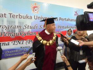 Menteri Pertahanan Ryamizard Ryacudu saat memberikan keterangan pers usai pengukuhan Laksamana TNI (Purn) Prof. Dr. Marsetio sebagai Guru Besar Universitas Pertahanan.