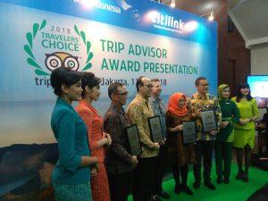 Foto bersama President Flights and Cruise TripAdvisor bersama Direktur Layanan Garuda Indonesia, Direktur Niaga Citilink Indonesia, serta beberapa punggawa Garuda Indonesia Group setelah pemberian penghargaan oleh TripAdvisor.
