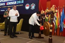 Menko Polhukam Wiranto memukul gong sebagai tanda resminya IIDSS 2018.