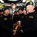Bersama 2 Menteri dan Ketua BPK RI, Ketua DPR RI Terima Brevet Kehormatan Hiu Kencana