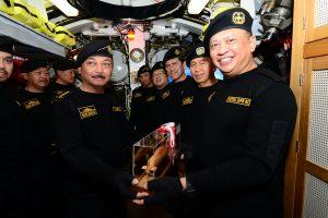 Kasal menyematkan brevet hiu kencana kepada ketua DPR RI H. Bambang Susetyo bersama dengan 9 pejabat Negara lainnya di KRI Ardadedali 404.