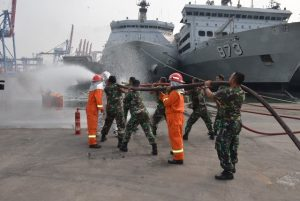 Prajurit Satlinlamil Jakarta sedang melaksanakan latihan praktek penyelamatan kapal (PEK) di Dermaga Beaching, Mako Kolinlamil, Tanjung Priok, Jakarta.