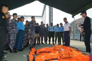Kolonel Laut (P) Iwa Kartiwa, M.Pd. memberikan pengarahan latihan kepada peserta latihan drill di Dermaga Satsel Koarmada II, Ujung Surabaya, Jum'at (24/08).