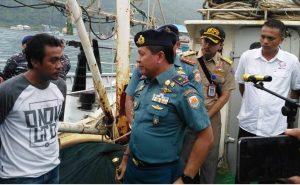 Danlantamal IV Laskamana Pertama TNI R. Eko Suyatno saat menginterogasi salah satu awak kapal yang tertangkap oleh KAL Baruk di Dermaga Tanjung, Lanal Tarempa, Selasa (31/7)