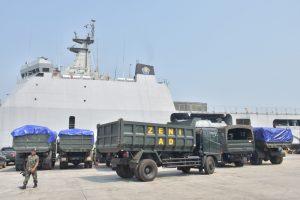 KRI Banjarmasin 592 melaksanakan embarkasi material personel dan alat berat Satgas Reaksi Cepat Penanggulangan Bencana (SRCPB) untuk Lombok di dermaga 1 JICT, Tanjung Priok, Jakarta Utara.