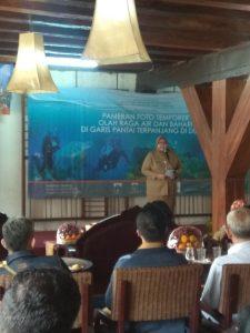 Plh. Kepala Museum Bahari Sri Kusumawati saat membuka Pameran Fotografi Temporer Olahraga Air dan Bahari di garis Pantai Terpanjang di Dunia.