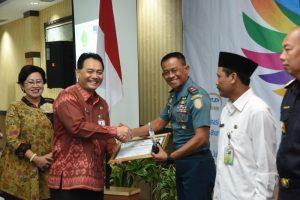 Wagub AAL menerima piagam penghargaan peringkat pertama kinerja pelaksanaan anggaran terbaik satuan kerja besar Provinsi JAwa TImur