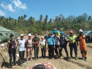 Tim SAR Komunitas Media Sosial Cocoklogi Science berfoto bersama di sela-sela memberikan bantuan kepada para korban benca gempa bumi Lombok.