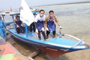 Seremonial pengecatan kapal nelayan yang akan mengikuti program #OperasitTangkapPlastik oleh Country Manager AkzoNobel Marine Coatings Indonesia, Junot Wijaya, Kepala Dinas Lingkungan Hidup DKI Jakarta, Bapak Isnawa Adji (kiri-kanan).