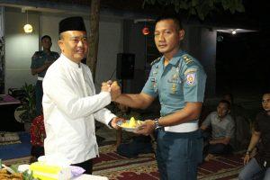 Komandan Pusdikpomal Kolonel Laut (PM) Khoirul Fuad memberikan tumpeng hasil potongan pertama  kepada salah satu perwira siswa dalam gelaran doa bersama pada Minggu (12/8).