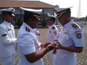 Dansatlinlamil Surabaya Kolonel Laut (P) Heri Prihartanto saat memimpin sertijab Komandan KRI Teluk Ratai 509 dari Mayor Laut (P) Dadan Hamdani, M.Tr.Hanla kepada Mayor Laut (P) Hadi Subandi, M.Tr.Hanla. di Mako Satlinlamil Surabaya.