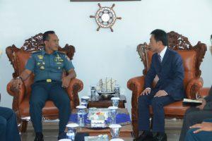Konjen Jepang di Denpasar saat berbincang dengan Danlanal Denpasar dalam kunjungannya ke Mako Lanal Denpasar pada Senin (3/9).