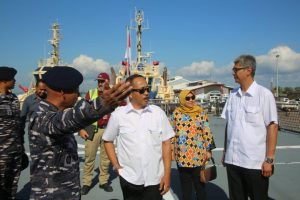 para perwakilan dari Konsulat Jenderal di Darwin menyambut kedatangan KRI Diponegoro-365.