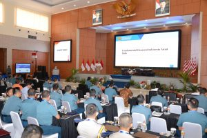 Para peserta Seminar Nasional Seskoal 2018 tengah menyaksikan paparan yang diberikan oleh Menko Maritim Luhut Binsar Pandjaitan.