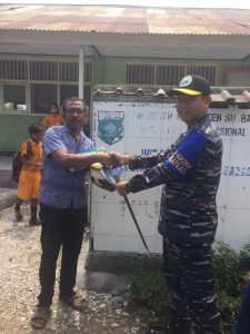 Dansatgas Operasi Bhakti TNI AL Surya Bhaskara Jaya-67/2018 Kolonel Laut (P) Kunto Tjahjono menyerahkan langsung secara simbolis bantuan untuk sekolah di Desa Labuhan Aji Kec. Labuhan Badas, Sumbawa. Rabu (05/09).