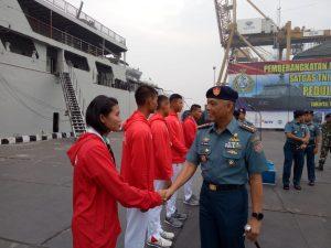 Komandan Satlinlamil Jakarta Kolonel Laut (P) Hery Winarno menyalami para atlit dayung Kolinlamil yang berhasil mengharumkan Indonesia dalam ajang Asian Gmaes 2018.