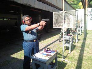 Komandan Satlinlamil Surabaya Kolonel Laut (P) Heri Prihartanto sedang berlatih menembak bersama dengan para prajurit Satlinlamil Surabaya dilapangan Wira Braja AAL, Bumimoro, Surabaya.