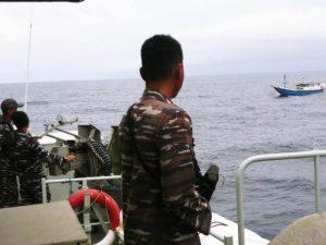 KRI Fatahillah-361 ketika mengabil peran tempur bahaya dan memerintahkan KLM Sumber Barokah untuk merapat ke lambung kiri kapal.