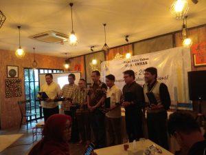 Siswanto Rusdi (paling kanan) saat menerima plakat sebagai narasumber dalam Dialog Akhir Tahun ISLA-UNHAS.
