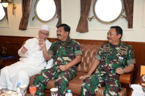 Panglima TNI bersama Kasal berbincang bersama tokoh agama di atas KRI Bima Suci-945.