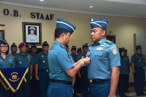 Danseskoal Laksamana TNI  Amarulla Octavian tatkala melantik Kadepstra Seskoal yang baru Kolonel Laut (P) Hariyo Poernomo.
