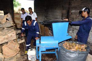 Personel Seskoal bersama warga Cipulir bersihkan lingkungan sambut Hari Sampah.