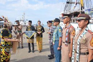 Penyambutan kedatangan KRI Dewaruci di Pelabuhan Semayang, Balikpapan, Senin (25/3).
