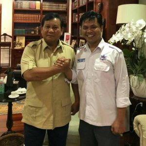 Capres no urut 02 Prabowo Subianto (kiri) berfoto bersama Ketua Umum PPI Andreyani Sanusi (kanan).