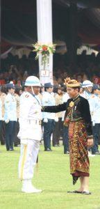 Kolonel Laut (P) Hariyo Poernomo saat disalami oleh Presiden Joko Widodo.