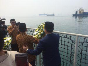 Acara Tabur Bunga di atas Geladak KRI Semarang.