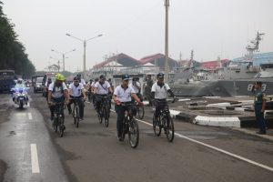 Pangarmada II bersama jajaran TNI AL lainnya bersepeda menuju kantor meski diterjang gerimis sepanjang jalan.