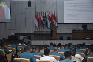 Danseskoal Laksda TNI Amarulla Octavian saat memberikan maetri kuliah Quantitative Research dihadapan 175 Pasis Dikreg Akt-58 Seskoal.