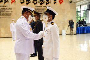 Kasal Laksamana TNI Yudo Margono menyematkan tanda pasis kepada perwakilan perwira menengah peserta Dikreg Seskoal 59.