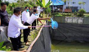 Walikota Banda Aceh Aminullah Usman tatkala menangguk ikan di kolam warga Lamdom, Rabu (6/1).