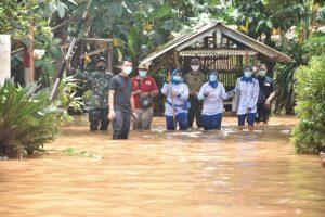 Ketua CBS dan anggota Jalasenastri Seskoal terjang banjir memberikan bantuan kepada personel Seskoal terdampak banjir.