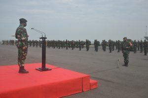 Pangdam Brawijaya saat melepas prajurit AD yang akan menjaga perbatasan RI-Papua Nugini.