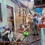 Tim Damkar Seskoal Padamkan Kebakaran di Pemukiman Warga Cidodol